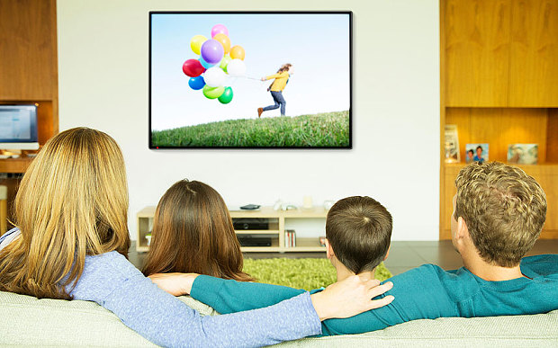 Family_watching_TV_3580624b